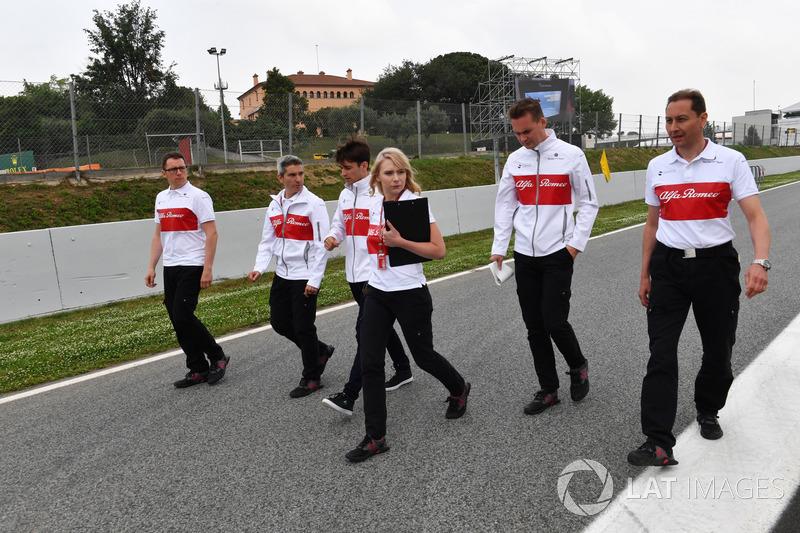 Charles Leclerc, Sauber, cammina lungo il circuito con Xevi Pujolar, capo dell'ingegneria in pista Sauber e Ruth Buscombe, ingegnere della strategia Sauber