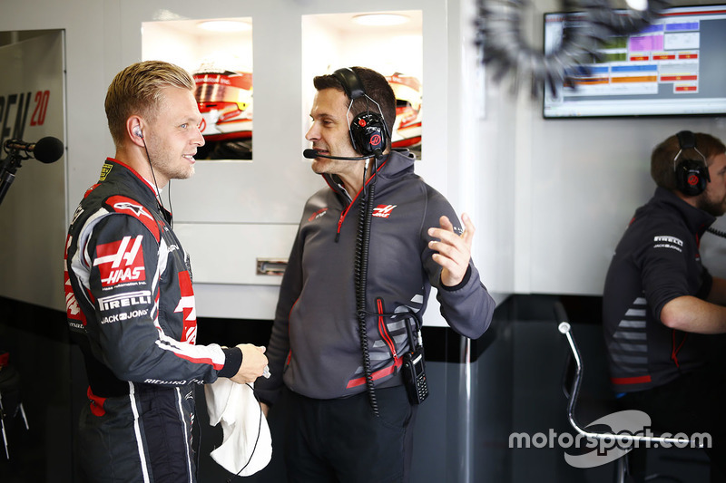 Kevin Magnussen, Haas F1 Team, talks to his engineer