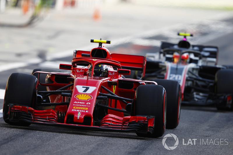 Кими Райкконен, Ferrari SF71H, и Кевин Магнуссен, Haas F1 Team VF-18