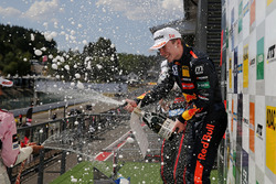 Podium: Race winnaar Dan Ticktum, Motopark Dallara F317 - Volkswagen