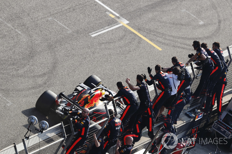 Race winner Daniel Ricciardo, Red Bull Racing RB14 Tag Heuer, takes the applause from his team at the finish