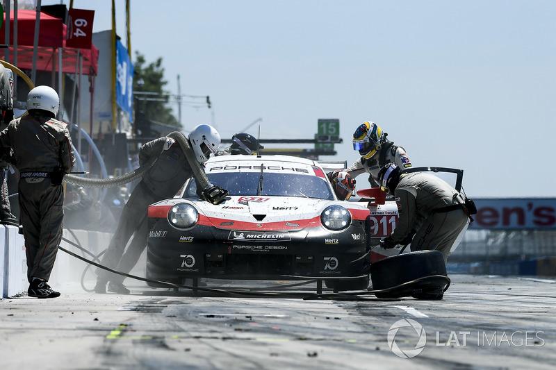 #911 Porsche Team North America Porsche 911 RSR, GTLM: Patrick Pilet, Nick Tandy pit stop