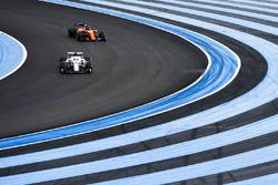 Marcus Ericsson, Sauber C37, devant Fernando Alonso, McLaren MCL33