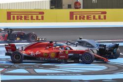 Sebastian Vettel, Ferrari SF71H y Valtteri Bottas, Mercedes AMG F1 W09, giran hacia atrás después del contacto en la vuelta de apertura