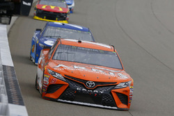 Daniel Suarez, Joe Gibbs Racing, Toyota Camry ARRIS e Martin Truex Jr., Furniture Row Racing, Toyota Camry Auto-Owners Insurance