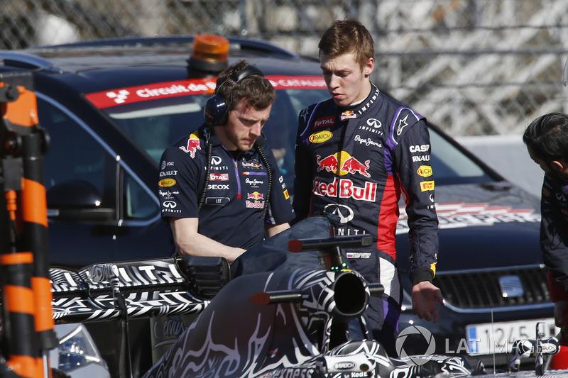 Daniil Kvyat, Red Bull Racing RB11, con un miembro de Red Bull team member después de parar en pista
