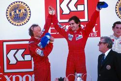Podio: ganador de la carrer Alain Prost, segundo lugar Niki Lauda, tercer lugar Ayrton Senna