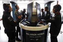Yusuke Hasegawa,  Honda e ingenieros de McLaren trabajando