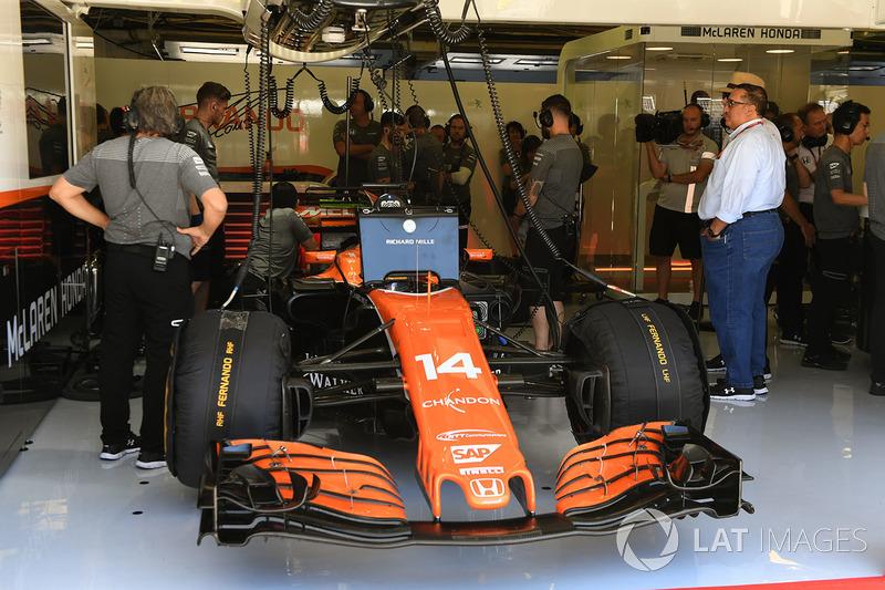 Fernando alonso mclaren mcl32 dans le garage gp de for Garage formule m