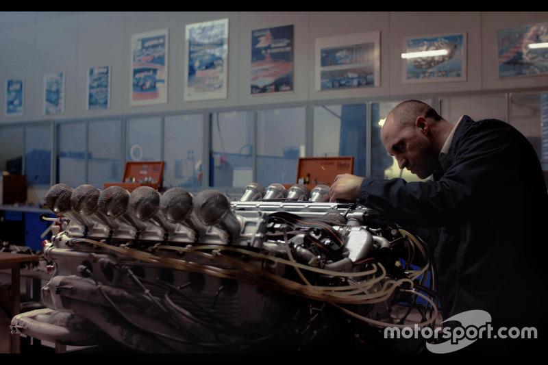 Відновлений командою Motortecnica  опозитний  V-двигун Ferrari 312B на чолі з Мауро Форг'єрі