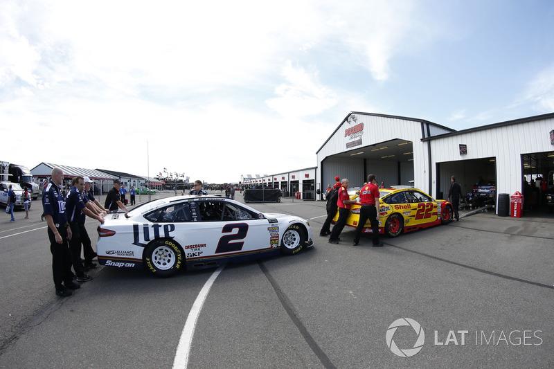 Brad Keselowski, Team Penske Ford; Joey Logano, Team Penske Ford