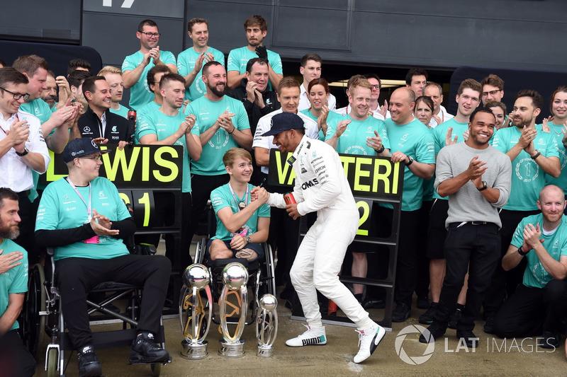 Ganador de la carrera Lewis Hamilton, Mercedes AMG F1 celebra con su hermano Nick Hamilton, Valtteri Bottas, Mercedes AMG F1, Billy Monger y el equipo