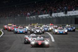 Arrancada: #7 Toyota Gazoo Racing Toyota TS050 Hybrid: Mike Conway, Kamui Kobayashi, Jose Maria Lopez líder