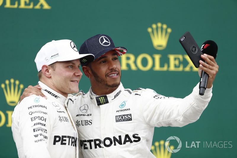 Podio: Ganador de la carrera Lewis Hamilton, de Mercedes AMG F1 toma una foto del segundo lugar Valt