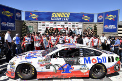 Race winner Kevin Harvick, Stewart-Haas Racing Ford