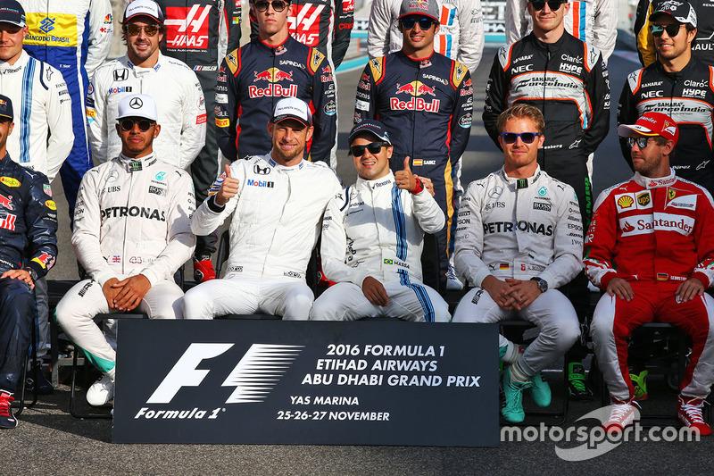 Jenson Button, McLaren con Felipe Massa, Williams en la fotografía de grupo de final de la temprada