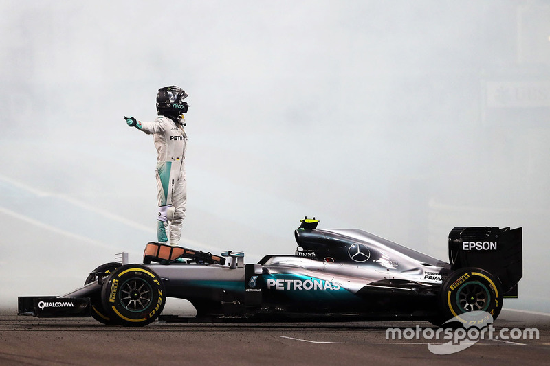 Nico Rosberg, híbrido de Mercedes AMG F1 W07 celebra su segunda posición y Campeonato del mundo al final de la carrera