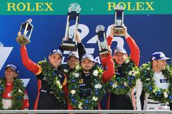 Podium GTE Am : les vainqueurs Robert Smith, Will Stevens, Dries Vanthoor, JMW Motorsport