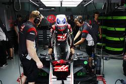 Romain Grosjean, Haas F1 Team, s'installe dans son cockpit