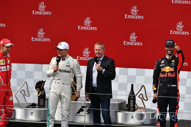 Подиум: победитель Валттери Боттас, Mercedes AMG F1, второе место – Себастьян Феттель, Ferrari, третье место – Даниэль Риккардо, Red Bull Racing, и комментатор Sky TV Мартин Брандл