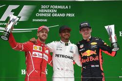 Подиум: обладатель второго места Себастьян Феттель, Ferrari, победитель Льюис Хэмилтон, Mercedes AMG F1, третье место - Макс Ферстаппен, Red Bull Racing