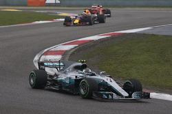 Valtteri Bottas, Mercedes AMG F1 W08, leads Daniel Ricciardo, Red Bull Racing RB13, and Kimi Raikkonen, Ferrari SF70H