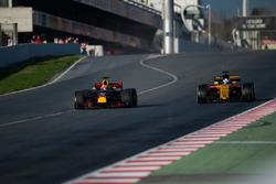 Макс Ферстаппен, Red Bull Racing RB13, и Джолион Палмер, Renault Sport F1 RS17