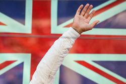 Lewis Hamilton, Mercedes AMG F1 fête sa victoire sur le podium et salue la foule