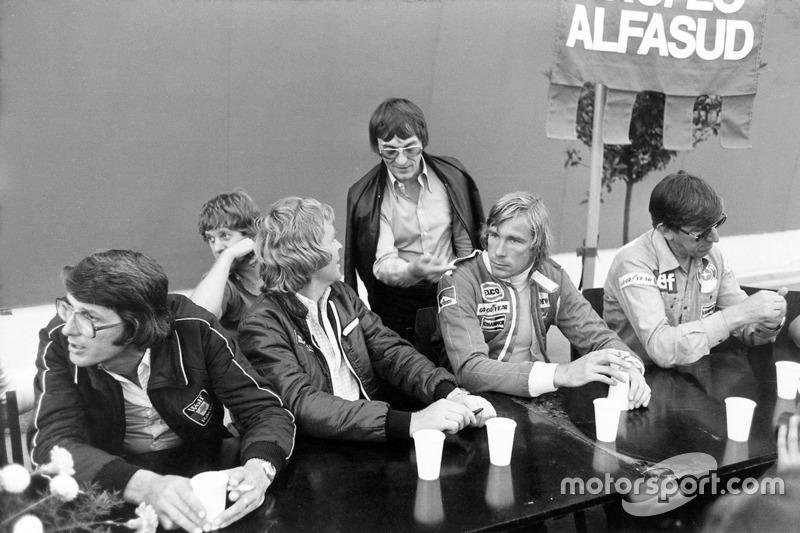 Peter Warr, Lotus team manager, Ian Scheckter, Max Mosley, Bernie Ecclestone, James Hunt en Ken Tyrr