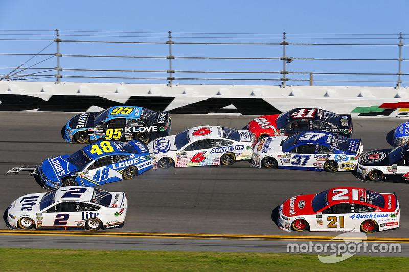 9. El accidente de Jimmie Johnson, Hendrick Motorsports Chevrolet, Trevor Bayne, Roush Fenway Racing Ford y Chris Buescher, JTG Daugherty Racing Chevrolet