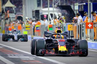 Daniel Ricciardo, Red Bull Racing, Valteri Bottas, Mercedes AMG F1