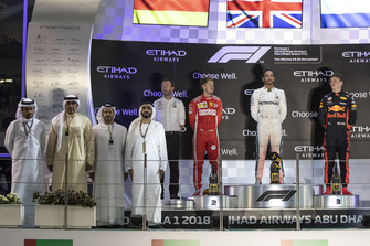 Bradley Lord, capo delle comunicazioni Mercedes-Benz Motorsport, Sebastian Vettel, Ferrari, Lewis Hamilton, Mercedes AMG F1 e Max Verstappen, Red Bull Racing, festeggiano sul podio
