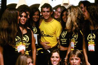 Ayrton Senna, Lotus, mit Grid Girls