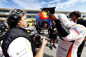 Fernando Alonso, McLaren, indossa il suo casco