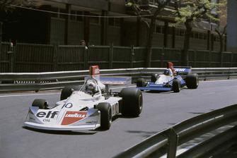 Lella Lombardi (Lavazza March 751 Ford), 6ª posición, lidera a Bob Evans (Stanley BRM P201), retirado