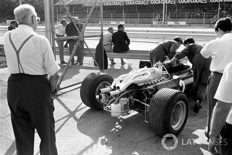 Enzo Ferrari regarde sa nouvelle voiture