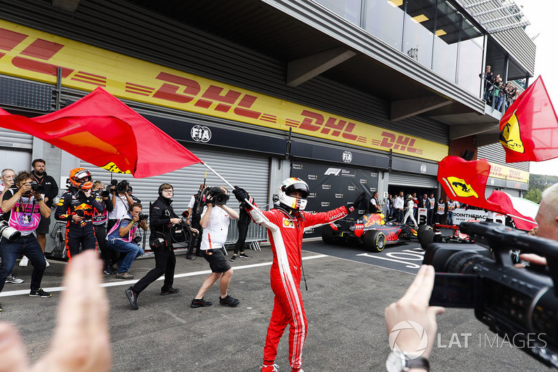 Sebastian Vettel, Ferrari, celebra la victoria en el parque cerrado, como lo ve Max Verstappen, Red Bull Racing,