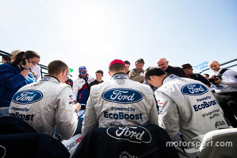 #66 Ford Chip Ganassi Racing Team UK, Ford GT: Billy Johnson, Stefan Mücke, Olivier Pla, schreiben Autogramme für die Fans