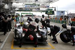 Pit stop #6 Toyota Racing Toyota TS050 Hybrid: Stéphane Sarrazin, Mike Conway, Kamui Kobayashi