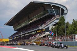 Льюис Хэмилтон, Mercedes AMG F1 W07 Hybrid едет впереди Нико Росберга, Mercedes AMG F1 W07 Hybrid на старте гонки