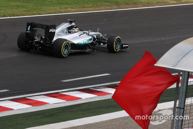 Lewis Hamilton, Mercedes AMG F1 W07 Hybrid ritorna ai box nella seconda sessione di prove dopo aver causato la bandiera rossa