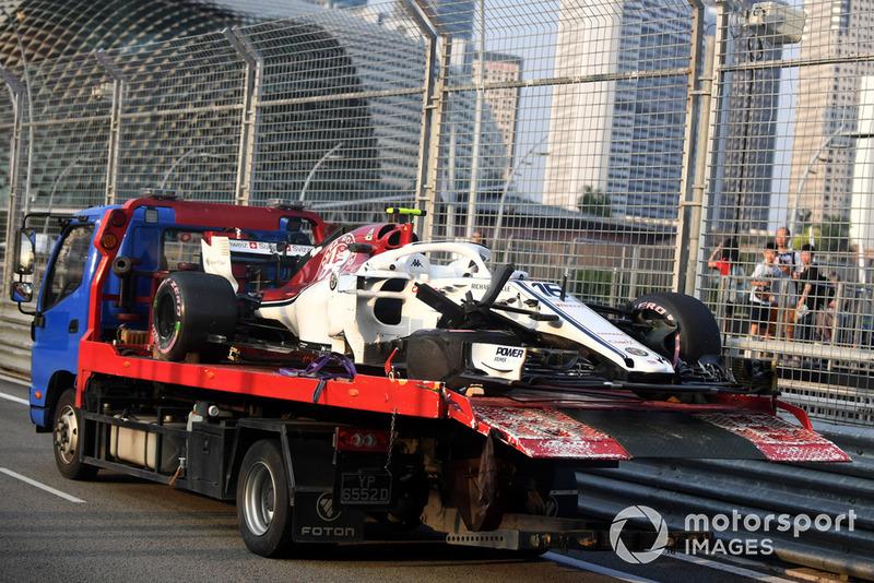 Эвакуация с трассы автомобиля C37 Шарля Леклера, Alfa Romeo Sauber