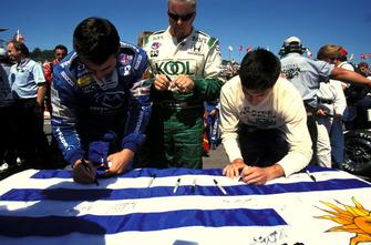 I piloti firmano la bandiera dell'Uruguay in rispetto di Gonzalo Rodriguez