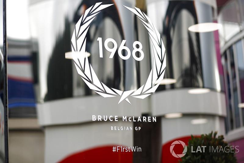 Una calcomanía que conmemora la primera victoria de Bruce McLarens en Bélgica 1968