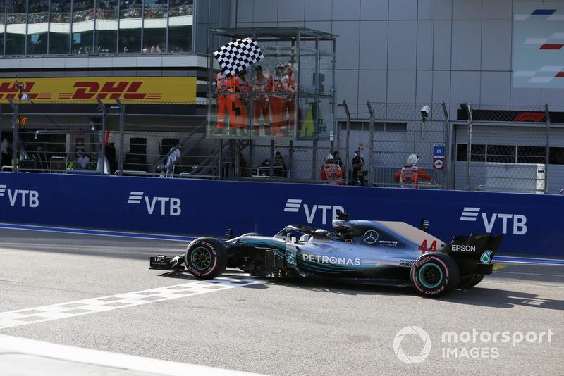 Lewis Hamilton, Mercedes AMG F1 W09 franchit la ligne sous le drapeau à damier
