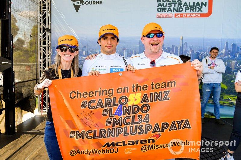 Carlos Sainz Jr., McLaren, posa con fans