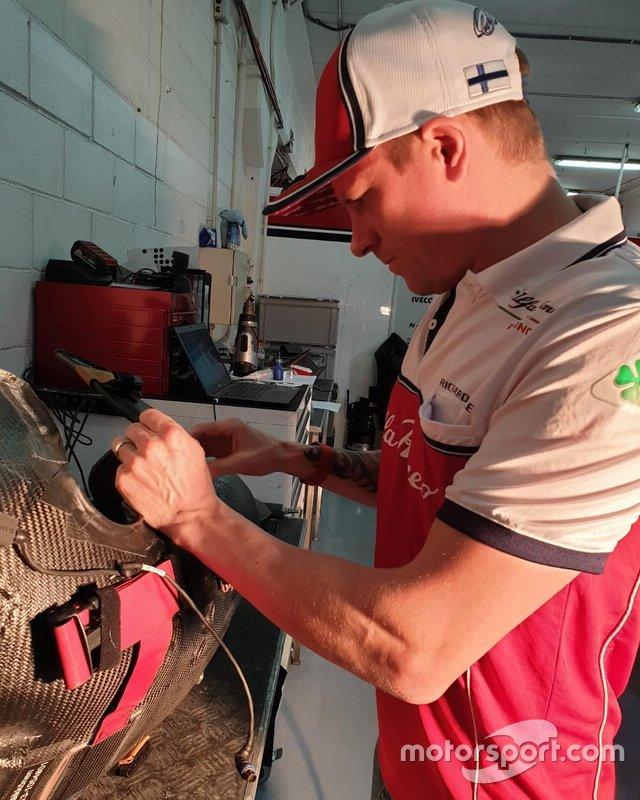 Kimi Raikkonen, Alfa Romeo Racing, repara su asiento