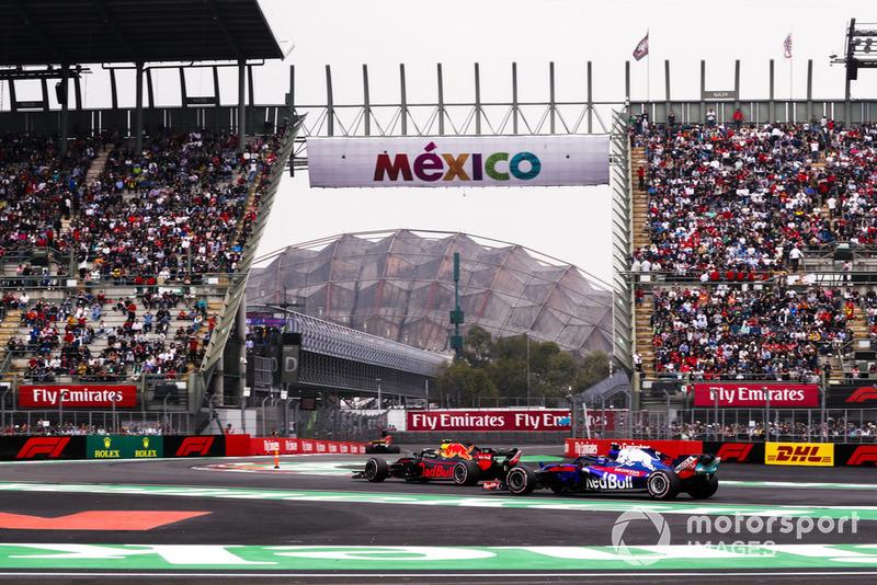 Max Verstappen, Red Bull Racing RB14, di depan Brendon Hartley, Toro Rosso STR13