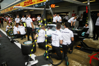 Mercedes AMG F1 W09 team pit stop practice