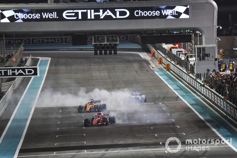Lewis Hamilton, Mercedes-AMG F1 W09, Sebastian Vettel, Ferrari SF71H y Fernando Alonso, McLaren MCL33 hacen donas al final de la carrera